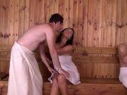 Ambele fete lesbiene se ling pe pizda in sauna