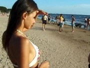 Bruneta subtirica face streptess pe plaja