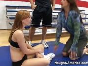 Profu de sport isi fute admiratoarele in sala de sport