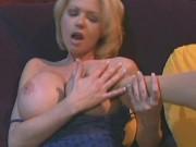 2 mame fierbinti isi dau limbi in pasarica