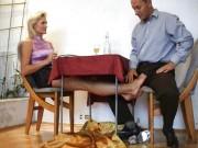 Milfa buna ii face laba amantului cu picioarele pe sub masa