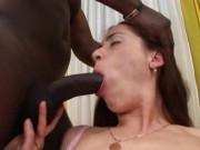 Negru cu pula mare ii distruge pizda unei prostituate