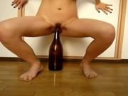 Petarda isi baga sticla de vin in pizda
