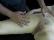Se masturbeaza pana are parte de orgasm