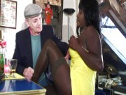 Negreasa matura si-o trage anal cu un grup de pensionari