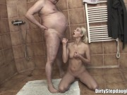 Blonda executata la baie de stapanul casei