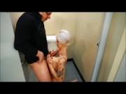 Milfa blonda tatuata muita si fututa in toaleta barului