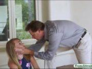 O fute pe fiica sa vitrega