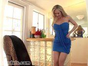 Dupa un striptease fierbinte mama trece la supt pula