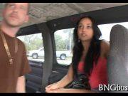 Pune un prieten sa conduca masina in timp ce el fute o pizda in spate