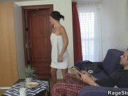 Film erotic romanesc cu vecina bruneta ce are pizda pacatoasa