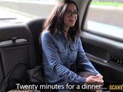 Taximetristul fute o bruneta cu ochelari ce are un cur rotund