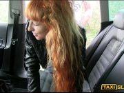 Deschide usa la masina iar ea scoate rapid curul mic