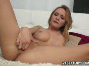 Fata se masturbeaza asteptandu-te la ea acasa