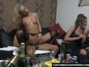 Blonda fututa la o petrecere de fata cu altii
